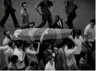 Caixão do estudante carregado por manifestantes, filmado por Eduardo Escorel.