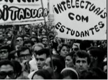 Multidão filmada por Eduardo Escorel no cortejo fúnebre do estudante Edson Luis.